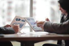 Het commerciële team bespreekt financiële programma's Foto met exemplaarruimte royalty-vrije stock fotografie