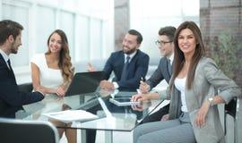 Het commerciële team bespreekt nieuwe ideeën op een commerciële vergadering stock foto's
