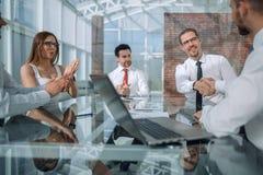 Het commerciële team juicht partners op de vergadering toe stock afbeelding