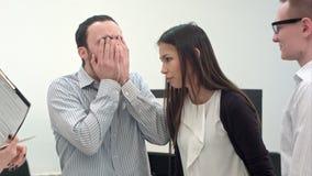 Het commerciële team kan het einde van ` t lachend bij een grappige grap stock videobeelden