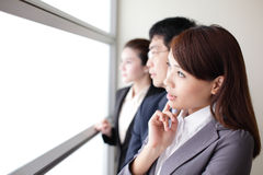 Het commerciële team kijkt door venster Stock Foto's
