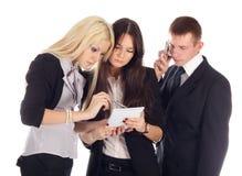 Het commerciële team kijkt in het voorbeeldenboek. Stock Foto