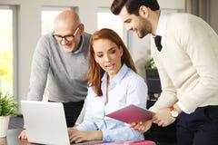Het commerciële team raadplegen stock afbeeldingen