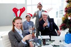 Het commerciële team roosteren met Champagne in een Christm Stock Afbeeldingen