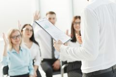Het commerciële team stelt vragen over de briefing in het bureau stock foto