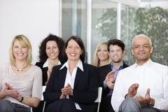 Het commerciële team toejuichen na een conferentie stock afbeeldingen