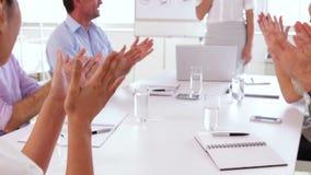 Het commerciële team toejuichen na een presentatie stock footage