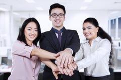 Het commerciële team toetreden dient het bureau in Royalty-vrije Stock Foto