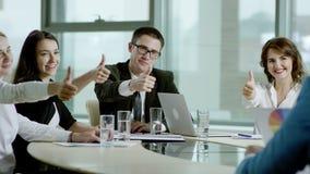 Het commerciële team toont duimen stock video