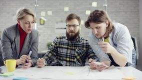 Het commerciële team van het jonge ernstige mensen genieten die, millennials groepeert het spreken hebbend pret in comfortabel bu stock videobeelden