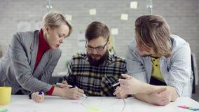 Het commerciële team van het jonge geconsolideerde mensen genieten die, millennials groepeert het spreken hebbend pret in comfort stock videobeelden