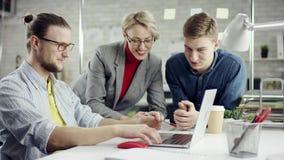 Het commerciële team van jongeren die projecten genieten bespreken die, millennials groepeert binnen het spreken hebbend pret sam stock videobeelden
