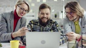 Het commerciële team van jongeren genieten die, millennials groepeert het spreken hebbend pret in comfortabel goed bureau, samenw stock video