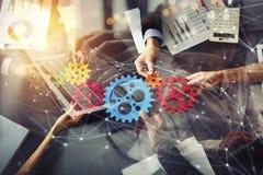 Het commerciële team verbindt stukken toestellen Groepswerk, vennootschap en integratieconcept Dubbele blootstelling royalty-vrije stock afbeeldingen