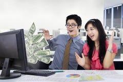 Het commerciële team verdienen geld online in het bureau royalty-vrije stock foto