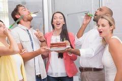 Het commerciële team vieren met partijhoornen royalty-vrije stock afbeelding