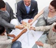 Het commerciële team vieren succes met champagne royalty-vrije stock afbeelding