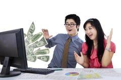 Het commerciële team voelt verrast met dollars royalty-vrije stock afbeeldingen