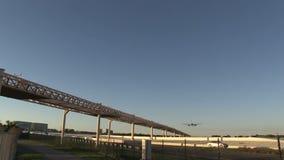 Het commerciële vliegtuig Landen stock videobeelden
