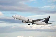 Het commerciële Vliegtuig Opstijgen Stock Afbeeldingen