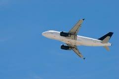 Het commerciële vliegtuig opstijgen Stock Foto