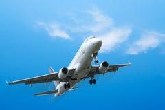 Het commerciële vliegtuigen opstijgen Stock Afbeelding