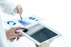 Het commerci?le team die digitale tablet gebruiken analyseert het marketing rapport royalty-vrije stock afbeelding