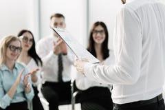 Het commerci?le team stelt vragen over de briefing in het bureau stock afbeelding