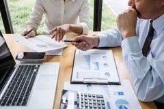 Het commerci?le team werkt met leider, Presentatie aan collega's en bedrijfsstrategie en heeft een bespreking, die aan richten stock fotografie