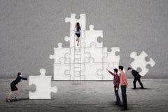 Het commerciële team bouwt samen raadsel Stock Afbeeldingen