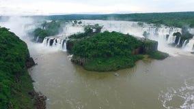 Het complex van watervallen Iguazu in Brazilië van een mening van het vogel` s oog Shevelev stock footage