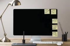 Het computerscherm en toetsenbord en muis op een houten lijst met whit Stock Afbeelding