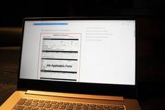 Het computerscherm met sollicitatievorm stock fotografie