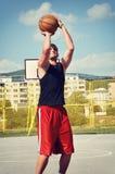 Het concentraat van de basketbalspeler en het voorbereidingen treffen voor spruit Stock Fotografie