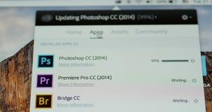 Het concentreren zich aan Bijwerkende de statusbar van Adobe Photoshop op Apple Computer-het scherm stock footage