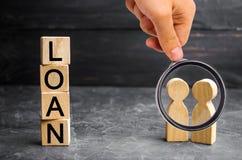 Het concept 'Lening ' De zakenlieden bespreken vragen over de leningen van het bedrijf De financiële leningen tussen de geldschie royalty-vrije stock foto's
