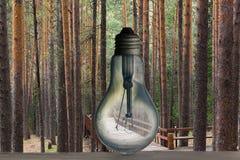 Het Concept Aardeuur De brandwond uit bol, en achter het de weg in het hout royalty-vrije stock foto's