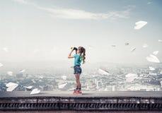 Het concept achteloze gelukkige kinderjaren met meisje van schoolleeftijd ziet eruit Royalty-vrije Stock Afbeelding