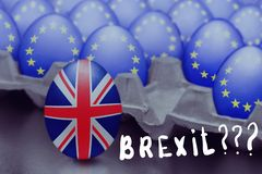 Het concept Brexit wordt voorgesteld van het springen van ei met een Britse vlag uit de doos met eieren met de vlag van de Europe royalty-vrije stock foto