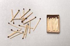 Het concept chaos en orde Chaotische gelijkedozen die rond met de orde van gestapelde gelijken liggen Stock Fotografie