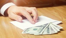 Het concept corruptie en omkoperij, wet en geld Donkere zaken De zakenman ontvangt geld in een envelop Steekpenning in de vorm stock afbeelding