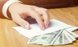 Het concept corruptie en omkoperij, wet en geld Donkere zaken De zakenman ontvangt geld in een envelop Steekpenning in de vorm stock afbeeldingen