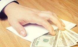 Het concept corruptie en omkoperij, wet en geld Donkere zaken De zakenman ontvangt geld in een envelop Steekpenning in de vorm royalty-vrije stock afbeeldingen