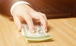 Het concept corruptie en omkoperij, wet en geld Donkere zaken De zakenman ontvangt geld - koop in de vorm van dollar om royalty-vrije stock afbeelding