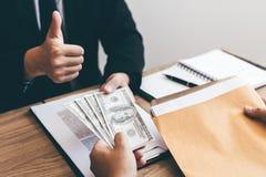 Het concept corruptie met bedrijfsexploitanten heft hun vingers op en keurt de aanbieding goed die steekpenningen met collega's stock afbeeldingen