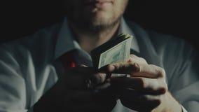 Het concept corruptie, steekpenningsafnemer, onwettige zaken door drugverkoop drijft in duisternis handel stock videobeelden