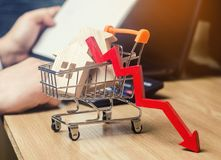 Het concept dalende onroerende goederenmarkt Verminderde rente in de hypotheek Een daling in bezitsprijzen en flats laag stock afbeelding
