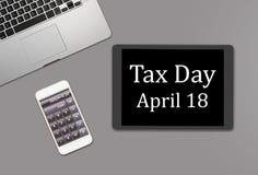 Het concept die van de belastingsdag computertoetsenbord gebruiken Royalty-vrije Stock Afbeeldingen