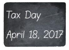 Het concept die van de belastingsdag krijt op leibord gebruiken Royalty-vrije Stock Foto's