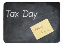 Het concept die van de belastingsdag krijt op leibord gebruiken Stock Afbeelding